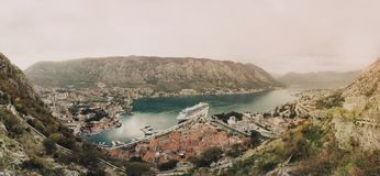 Panorama av fjärden och staden av Kotor Fotografering för Bildbyråer