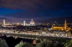 Panorama av Florence med duomoen Santa Maria Del Fiore, torn av Palazzo Vecchio på natten i Florence, Tuscany, Italien arkivbilder