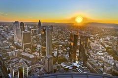 Panorama av Frankfurt - f.m. - strömförsörjning med skyskrapor Fotografering för Bildbyråer