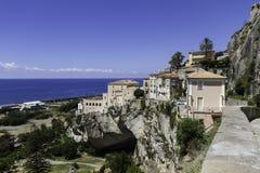 Panorama av gamla Amantea& x27; s, bästa sikt med kusten och hav Arkivfoton