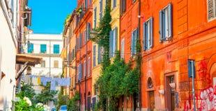 Panorama av gatan i den historiska fjärdedelen av Rome arkivfoto