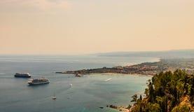 Panorama av Giardini Naxos fj?rd- och kryssningskepp som ankras i Sicilien, Italien Sikt fr?n den Taormina staden arkivfoto