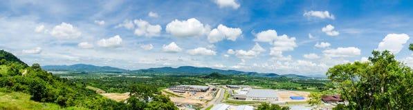 Panorama av godszonen under konstruktion med fältet för blå himmel Arkivfoton