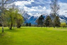 Panorama av golfsemesterorten med stugan Royaltyfri Bild