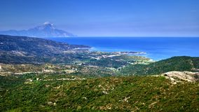 Panorama av grekiska kullar, havet och det Athos berget Royaltyfri Bild