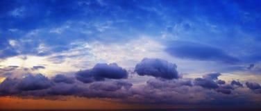 Panorama av härlig molnig himmel med solsken över havshorien Arkivbilder