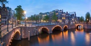 Panorama av härliga Amsterdam kanaler med bron, Holland arkivfoto