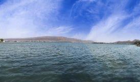 Panorama av härliga Ana Sagar Lake i Ajmer, Rajasthan, Indien Royaltyfri Foto