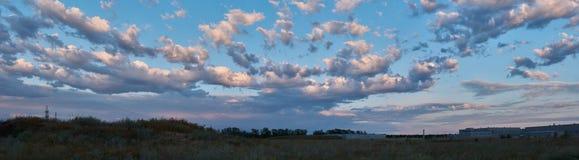 Panorama av härliga moln i den blåa himlen royaltyfria bilder