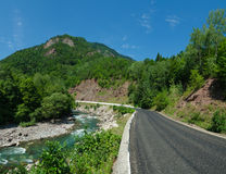 Panorama av härliga White River i caucasian berg i Adygea, Ryssland 23 region Krasnodar Royaltyfri Fotografi