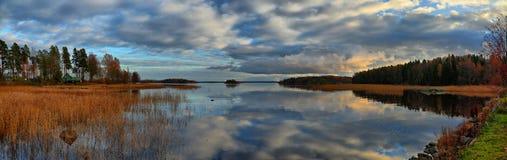 Panorama av höstsjön på solnedgången Arkivbilder