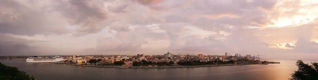 Panorama av hamnen i den La Habana Kuban på solnedgången royaltyfri fotografi