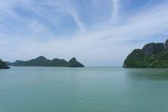 panorama av havet och blå himmel och ö Royaltyfria Bilder