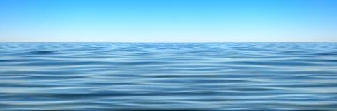 Panorama av havet vinkar mot den blåa himlen Royaltyfri Foto