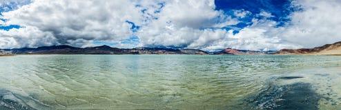 Panorama av Himalayan sjöTso Kar i Himalayas, Ladakh, Indien arkivbilder