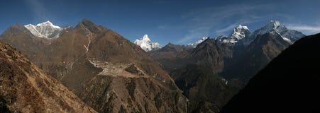 Panorama av himalayasna från det Mong Lapasserandet i den Khumbu regionen, Ne Arkivfoto