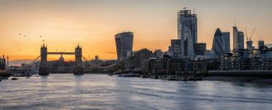 Panorama av horisonten av London under solnedgångtid arkivfoton