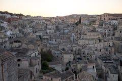 Panorama av hus som byggs in i, vaggar i grottastaden av Matera, Basilicata, södra Italien royaltyfri foto