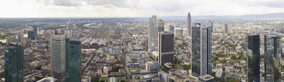 Panorama av i stadens centrum horisont Frankfurt Arkivbild
