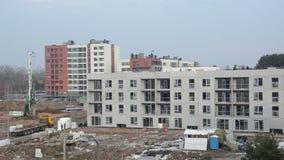 Panorama av industriella arbetare för konstruktionsplatsen sträcker på halsen maskiner stock video