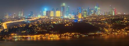 Panorama av Istanbul och Bosporus på natten Royaltyfri Fotografi
