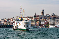Panorama av Istanbul och Bosporusen med skeppet i förgrunden Arkivfoto