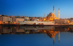 Panorama av Istanbul på en dramatisk solnedgång Royaltyfria Bilder
