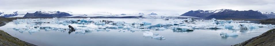 Panorama av Jokulsarlon, is- utflödesjö i sydliga Island Royaltyfri Foto
