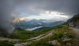 Panorama av Julian Alps i solnedgångtid som tas från den Mangart vägen, Julian Alps, Slovenien, Triglav nationalpark, Europa arkivfoton