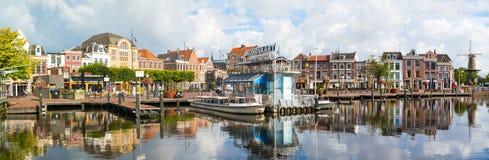 Panorama av kanalkryssningterminalen i Leiden, Nederländerna Royaltyfri Bild