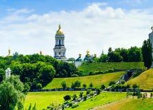 Panorama av Kieven-Pechersk Lavra mot bakgrunden av staden parkerar, begreppet av loppet och rekreation, Ukraina, Kiev fotografering för bildbyråer