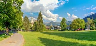 Panorama av Kitzbuhel, en typisk stad i Tirol fjällängar royaltyfri foto