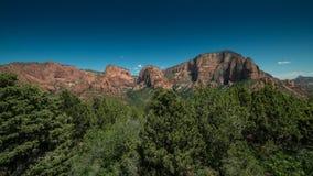 Panorama av Kolobs kanjoner med träd i förgrunden i Zion National Park, Utah på en klar dag Fotografering för Bildbyråer