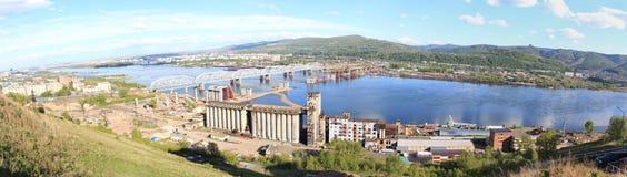 Panorama av konstruktionen av en fjärde bro över Yeniseien Fotografering för Bildbyråer