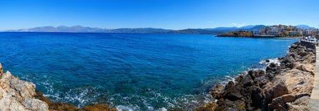 Panorama av kusten av ön av Kreta i Agios Nicholas, ljus solig dag Arkivfoto