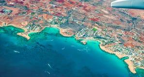 Panorama av kusten av Cypern i semesterortområdet av Ayia Napa med sikter från flygplanet till stränder, fjärder, hotell, parkera royaltyfri bild