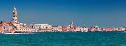 Panorama av kustlinjen för storslagen kanal i Venedig Arkivfoto
