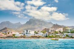 Panorama av kustlinjen med hotell mot berg Arkivbilder