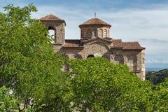 Panorama av kyrkan av den heliga modern av guden i för fästning och Rhodopes för Asen ` s berget, Asenovgrad, Bulgarien Arkivbild