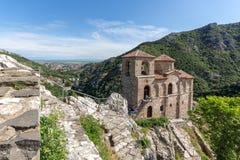 Panorama av kyrkan av den heliga modern av guden i för fästning och Rhodopes för Asen ` s berget, Asenovgrad, Bulgarien Royaltyfri Fotografi