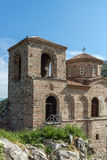 Panorama av kyrkan av den heliga modern av guden i för fästning och Rhodopes för Asen ` s berget, Asenovgrad, Bulgarien Arkivfoto