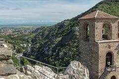 Panorama av kyrkan av den heliga modern av guden i för fästning och Rhodopes för Asen ` s berget, Asenovgrad, Bulgarien Arkivbilder