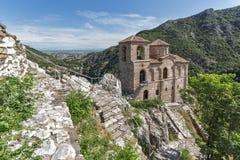 Panorama av kyrkan av den heliga modern av guden i för fästning och Rhodopes för Asen ` s berget, Asenovgrad, Bulgarien Royaltyfri Bild