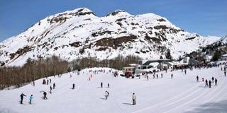 Panorama av längdlöpning skidar semesterorten Somport i franska Pyrenees royaltyfri bild
