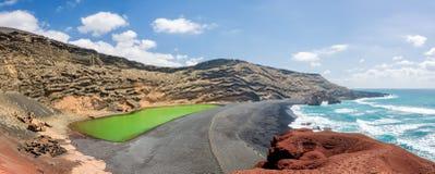 Panorama av Laguna Verde, en grön sjö nära byn av El Golfo i Lanzarote, kanariefågelöar, Spanien Royaltyfria Bilder