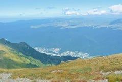 Panorama av landskap för Carpathian berg på den soliga sommarhösten Arkivfoto