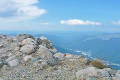 Panorama av landskap för Carpathian berg på den soliga sommarhösten Royaltyfria Bilder