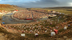 Panorama av larung Gar Buddist Institute Arkivfoton