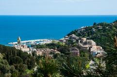 panorama av lilla staden Arenzano i Liguria med dess hamn och berömd kyrklig Bambino di Praga för `-Gesà ¹ ` i bakgrunden arkivbilder