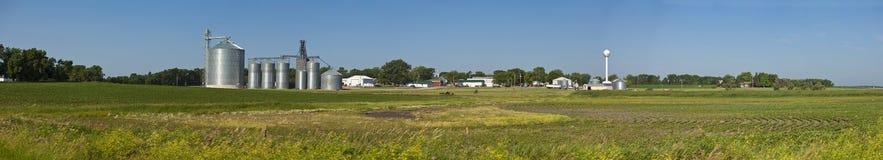 Panorama av lilla staden och fält Royaltyfri Bild
